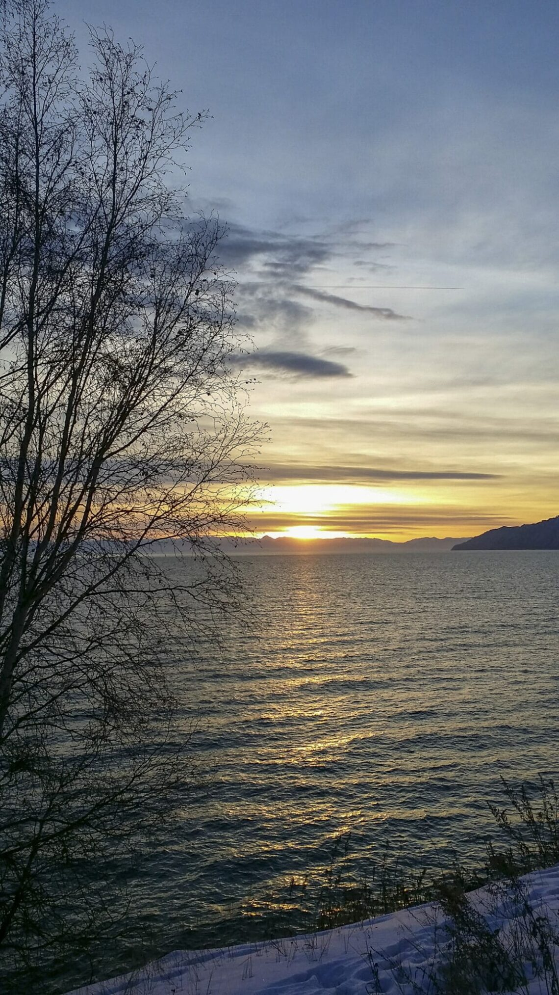 Zonsondergang over het Baikalmeer in Listvjanka